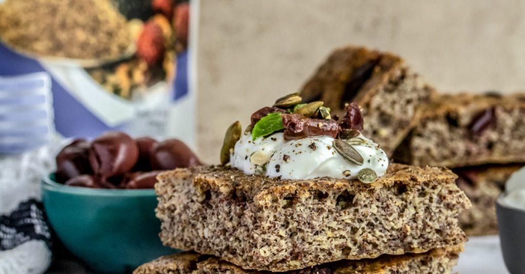 Focaccia ai semi di lino con olive