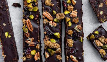 Tarta de chocolate con frutas y frutos secos